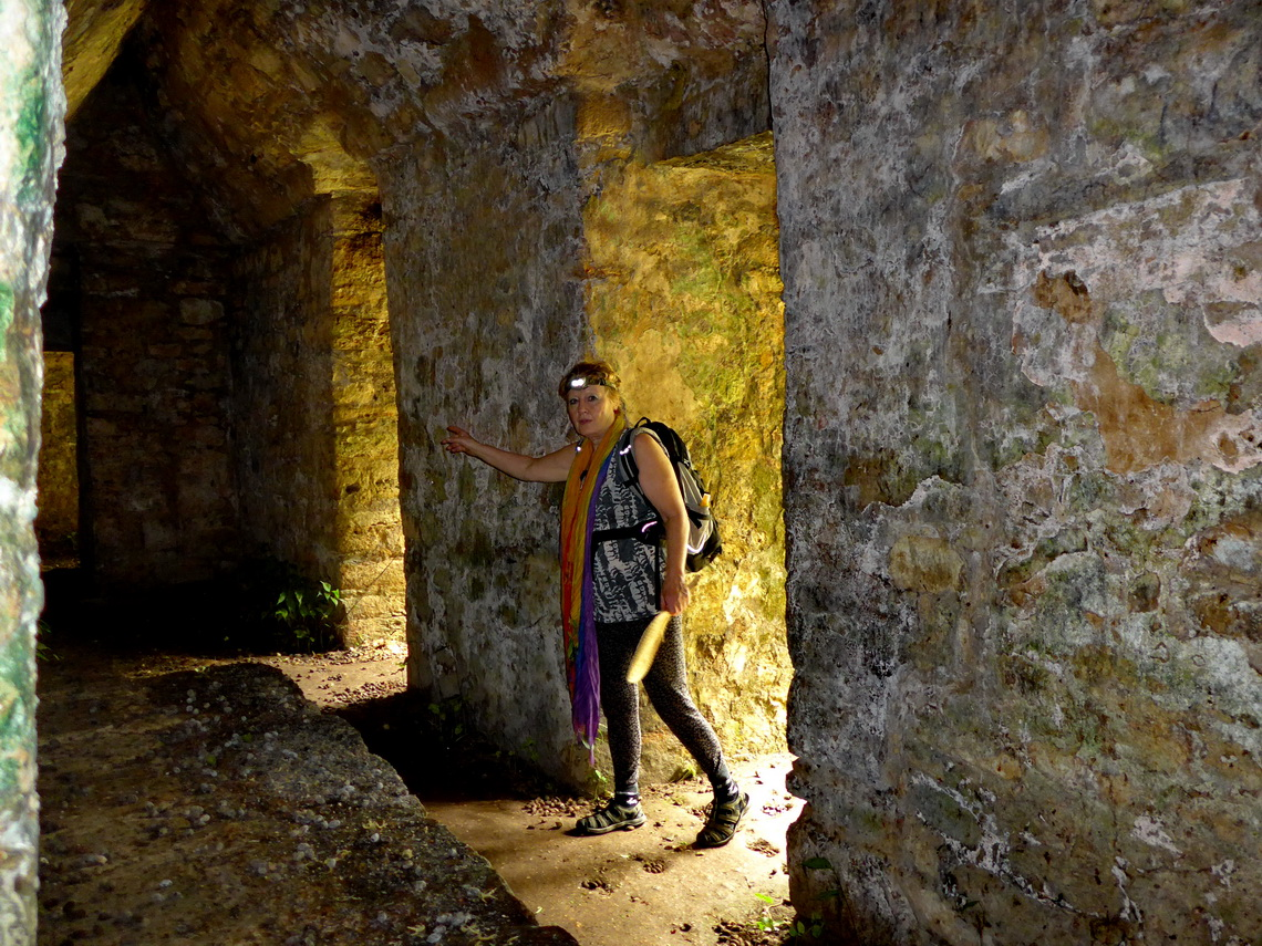 Marion in the scary labyrinth, the first building of the big acropolis of Yaxchilán