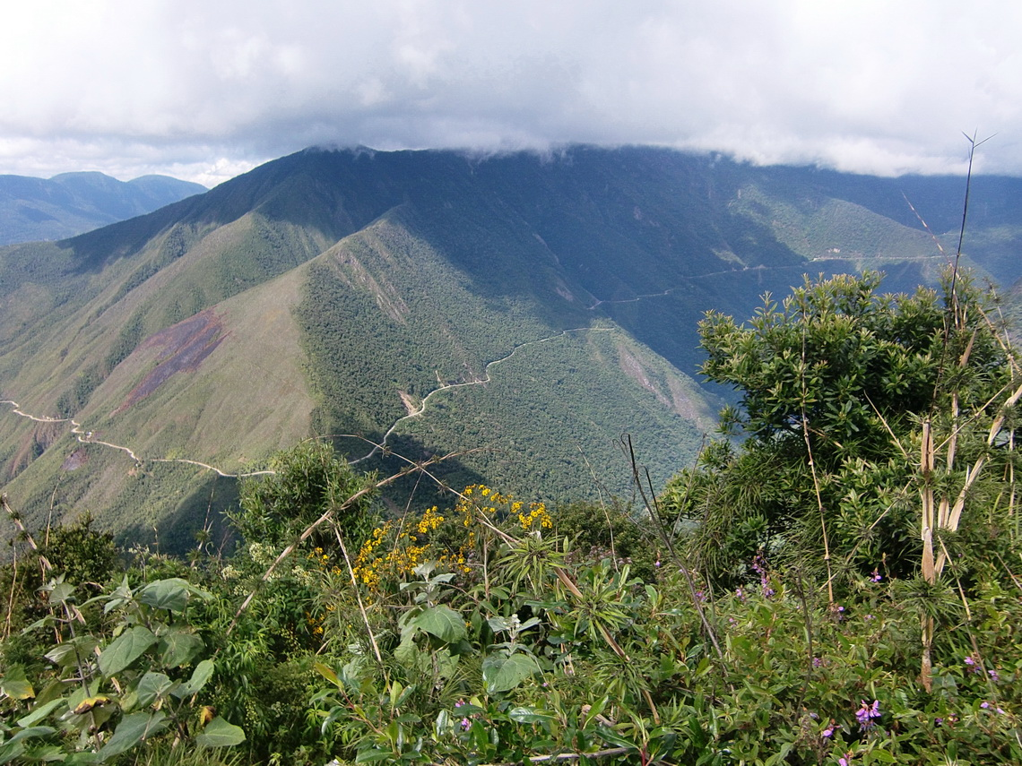 Camino de la Muerte from the new street to the Yungas