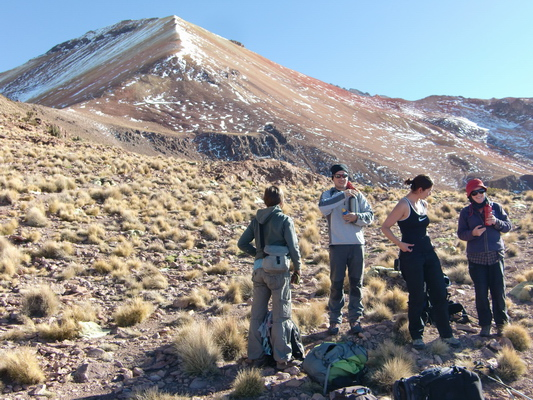 Johanna, Manuel, Bernadette and Marion are enjoying the sun - on the left the saddle where the scree begins