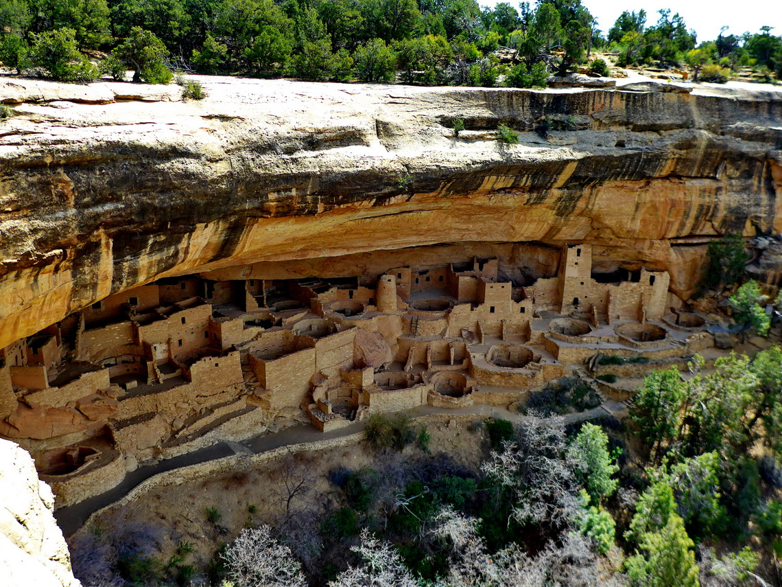 Cliff Palace which is with 150 rooms and 23 kivas (round sunken rooms of ceremonial importance) the largest cliff dwelling in North America