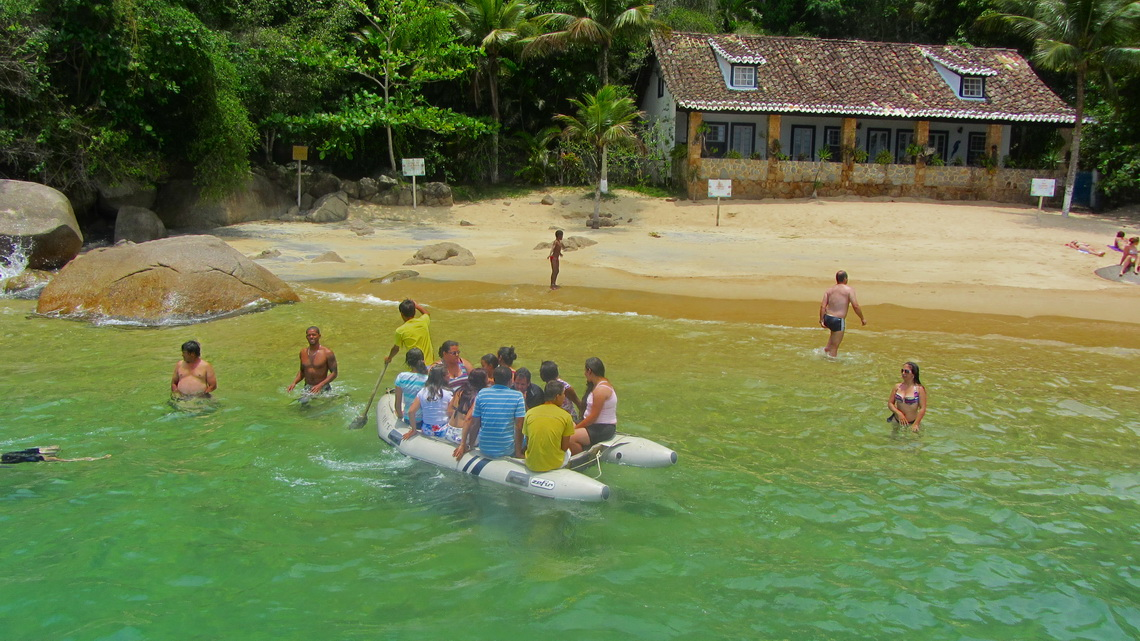 Praia Vermelha (Red beach) with crowded dinghy