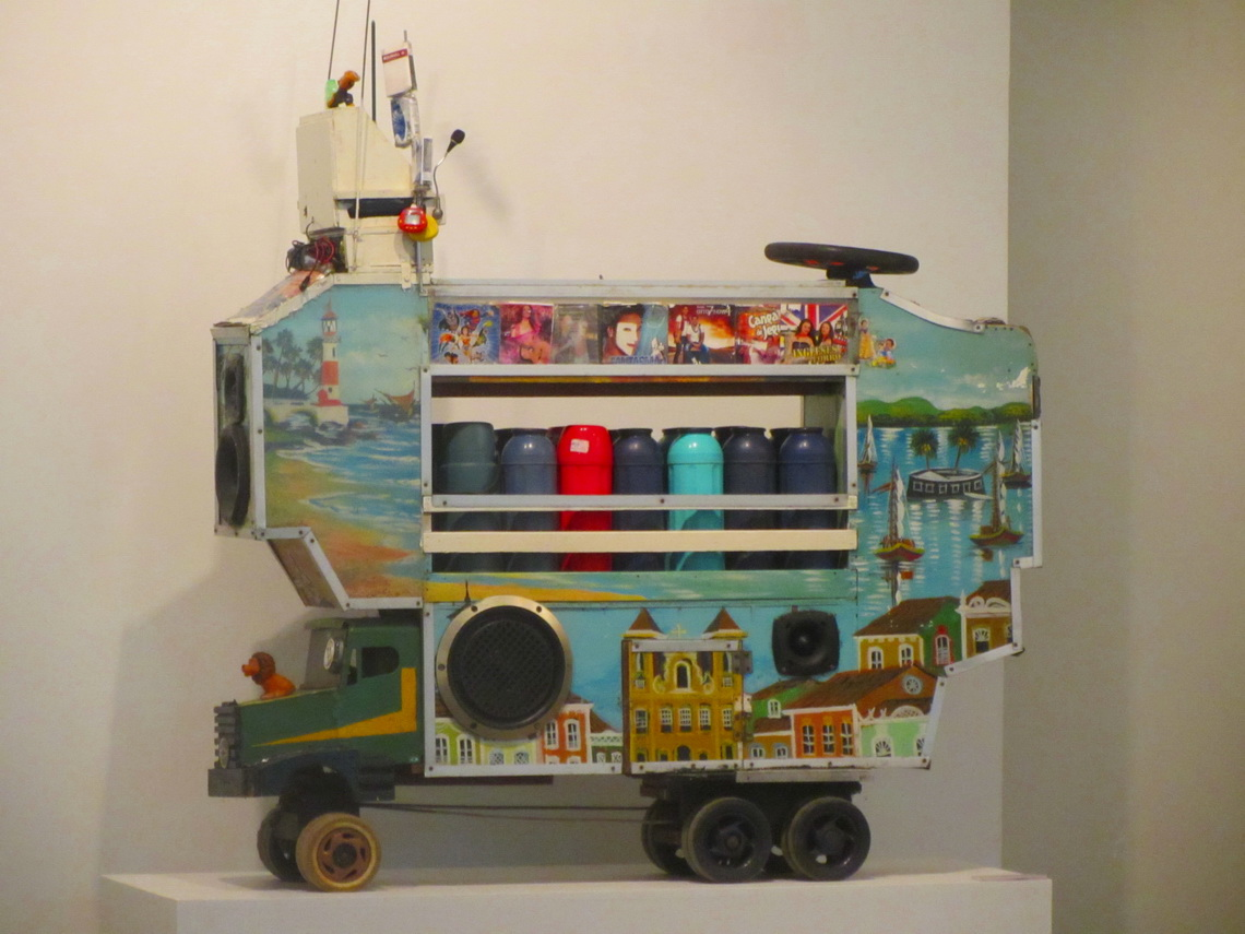 Coffee trolley with music in the Museu Afro-Brasil