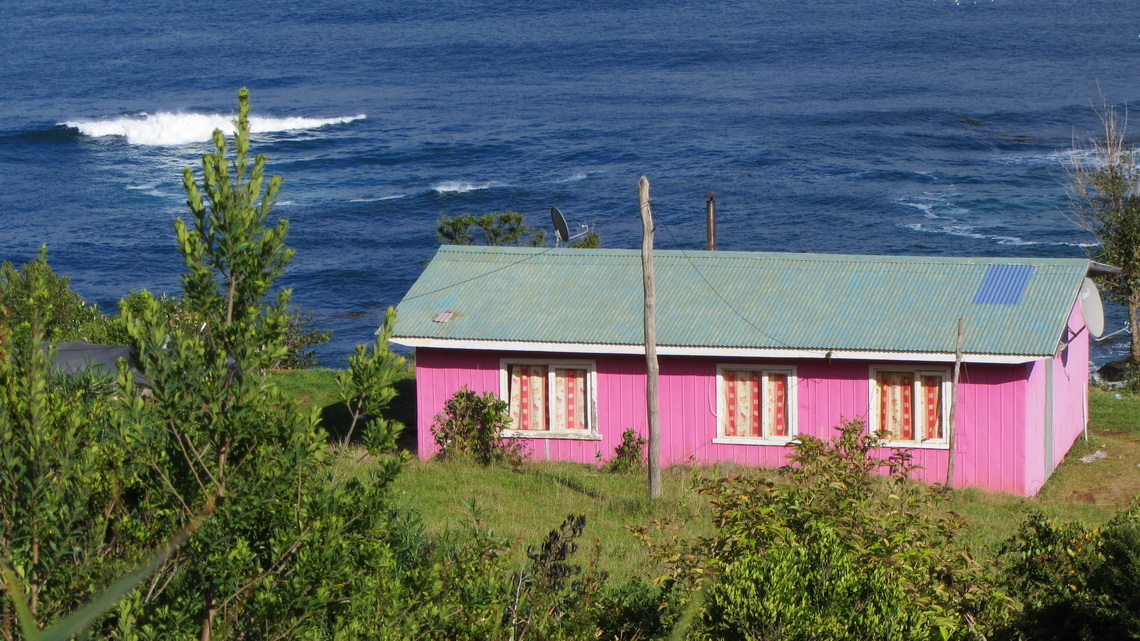 Pink house on the beach between Niebla and Punta Curinanco